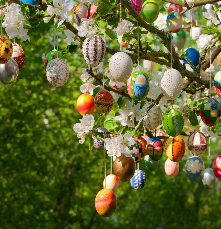Bunt und rund: Farbenfrohe Ostereier glänzen mit zarten Frühlingsblüten um die Wette