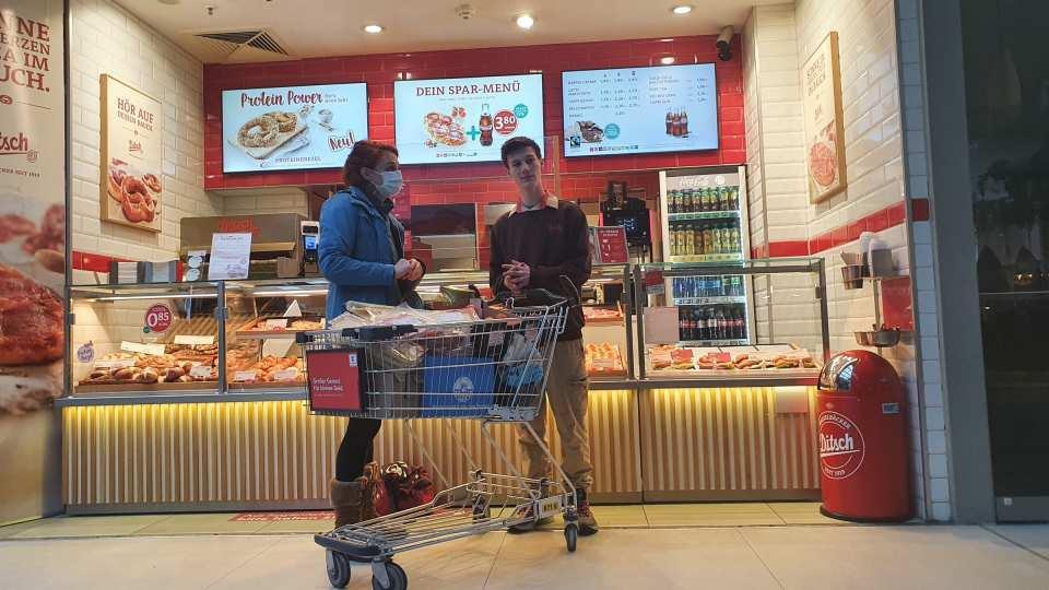 Shawn Kozian von der Bäckerei Ditsch bei der Spendenübergabe an Franzi Löffler von der AWO Potsdam