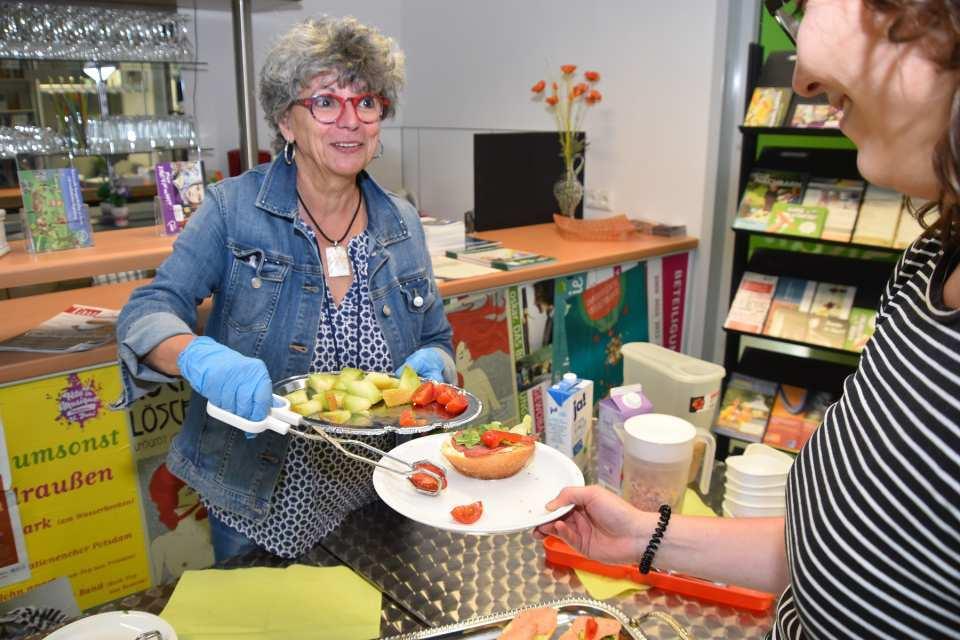 AWO-Stadtteilfrühstück in Drewitz: Das Foto mit AWO-Mitarbeiterin Margitta Hornburg stammt noch aus Zeiten vor der Corona-Pandemie. Aktuell sind keine Stadtteilfrühstücke möglich, sodass unsere gespendeten Lebensmittel abgeholt werden können oder teilweise verteilt werden.