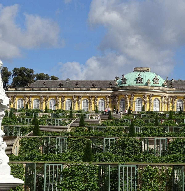 """Sommersitz und Ruheoase – Schloss Sanssouci macht seinem Namen als Ort """"ohne Sorgen"""" alle Ehre."""