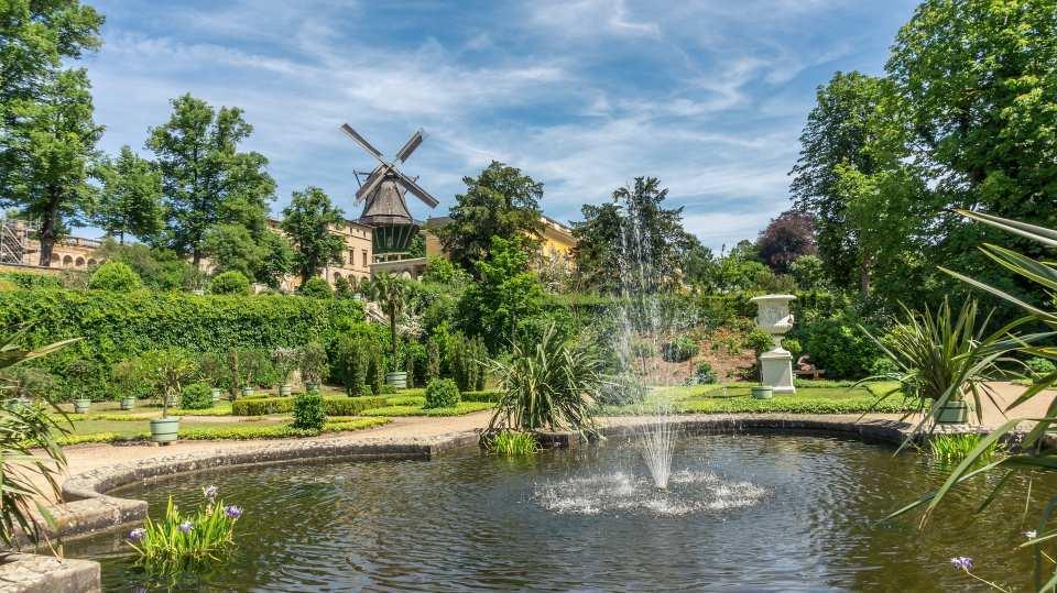 Auf rund 300 Hektar erstreckt sich der Park Sanssouci, seit 1990 UNESCO-Welterbe, und begeistert mit liebevoll errichteter Gartenkunst, Wasserspielen und Skulpturen.