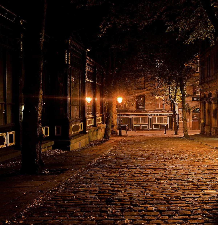 Verlassene, dunkle Straßen sind besonders im nebligen Herbst nichts für zarte Gemüter