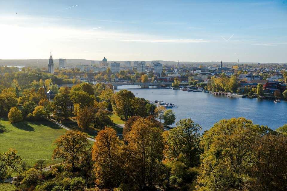 Auch außerhalb Potsdams erstreckt sich ein Paradies für Natur- und Kulturliebhaber: Blaue Seen, historische Schlösser und blühende Grünanlagen ziehen sich entlang der Havel.